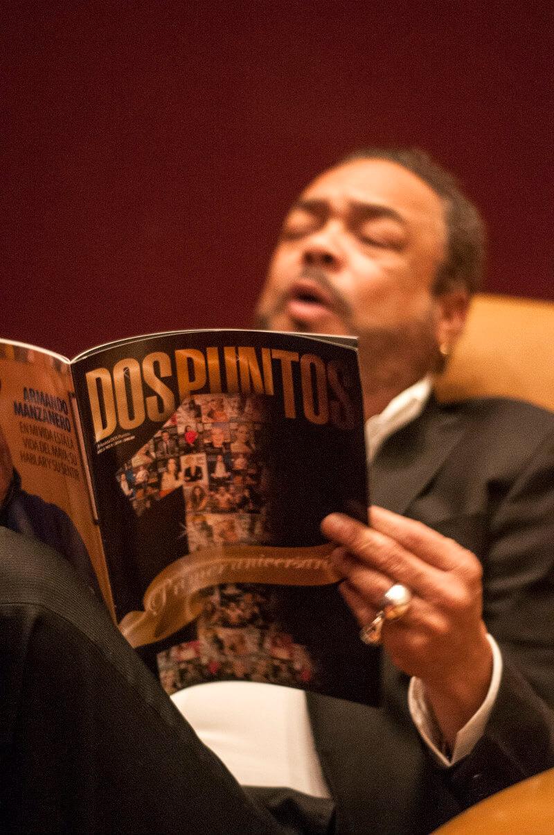 Francisco Céspedes leyendo Dos Puntos Revista en Cancún