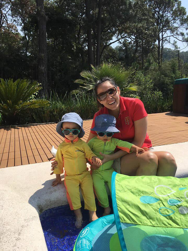 Berenice Polanco con sus hijos mellizos en Cancún