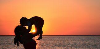 Lily, madre que trabaja desde casa, jugando en laya con su hijo