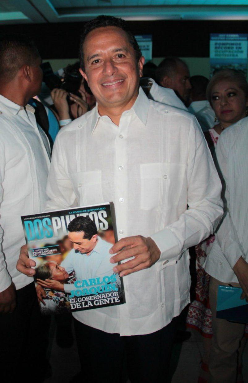 Carlos Joaquín González posa con la última edición de revista Dos Puntos.