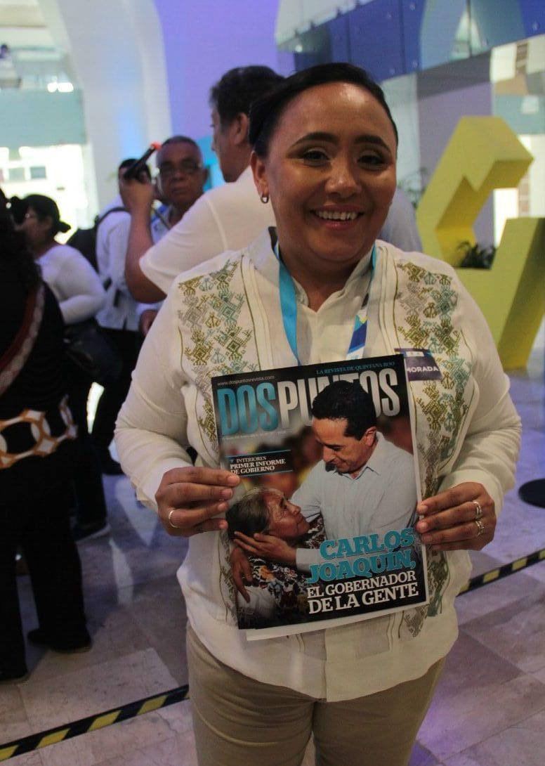La alcaldeza de Solidaridad Cristina Torres posa con revisa Dos Puntos.