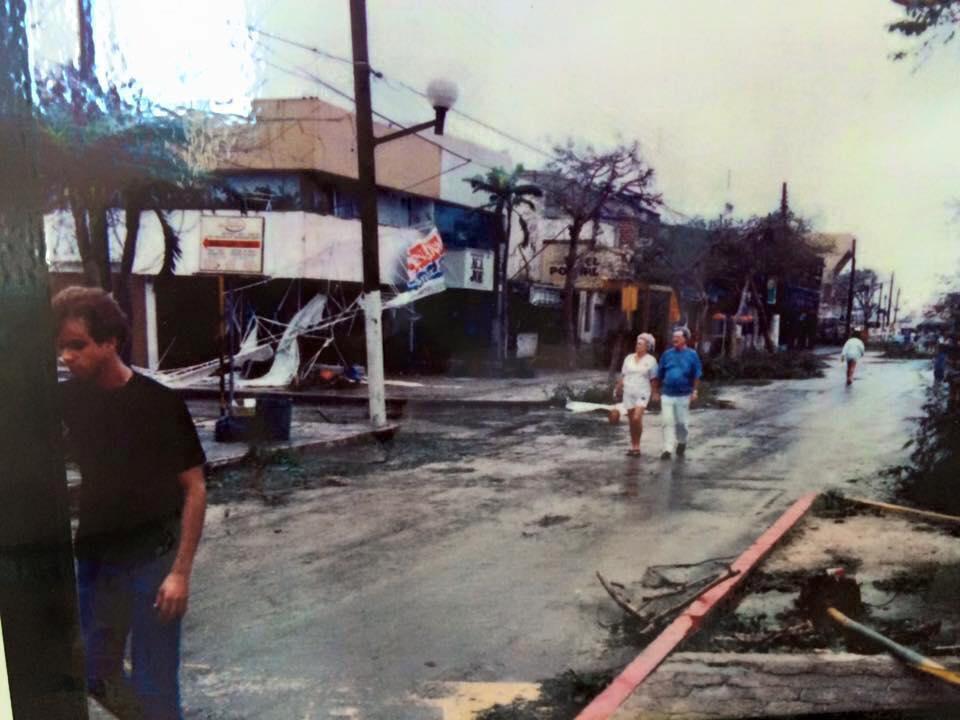Tras el paso del Huracán Gilberto un grupo de personas sale a las calles.