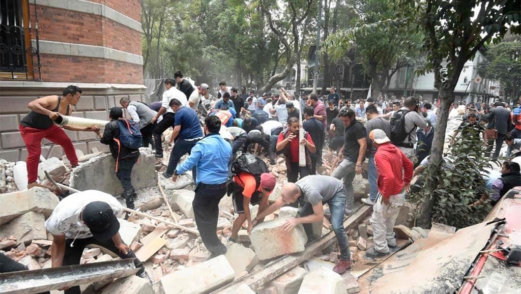 personas remueven escombros tras el sismo en México