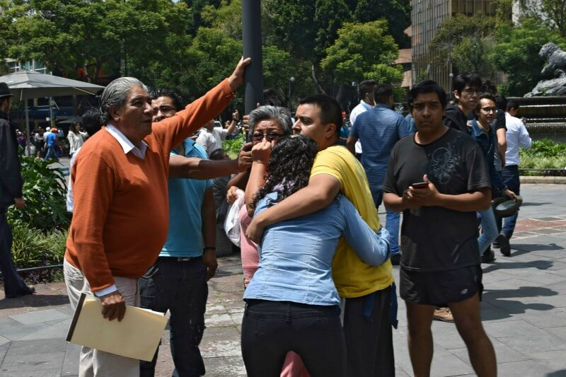 gente conmocionada en las calles de la Ciudad de México