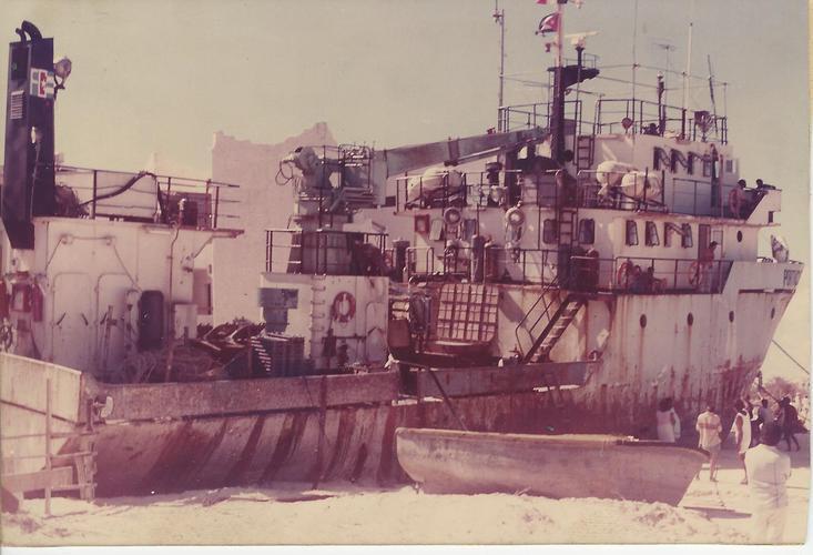 El barco cubano Portachernera recaló frente a Villa Pescadores en Cancún durante el huracán Gilberto.