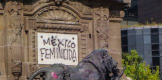 Detalle del Angel de la independencia intervenido en protesta feminista