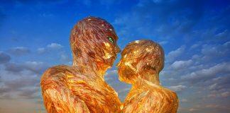 Asistentes en burning man disfrutan de las muestras y expresiones artríticas