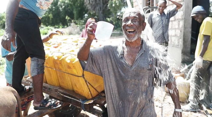 Poblador de la ciudad de Kiunga disfruta de la nueva Givepower