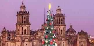La catedral de la ciudad de México se ve en el fondo de un árbol de navidad.