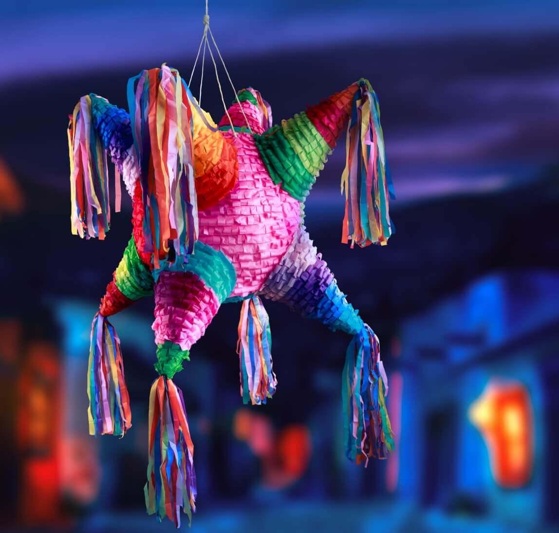 Piñata mexicana cuelga del techo en una posada.