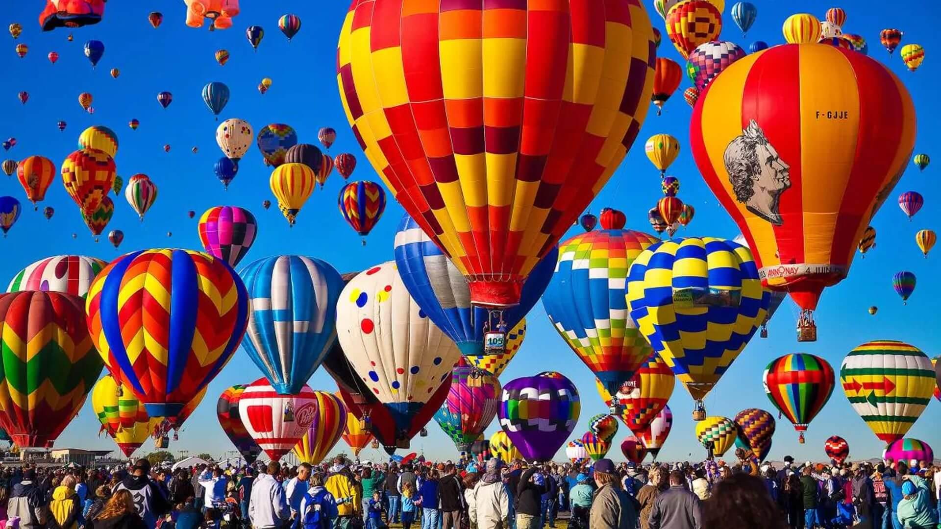 Cientos de globos despegan en el festival internacional del globo en León
