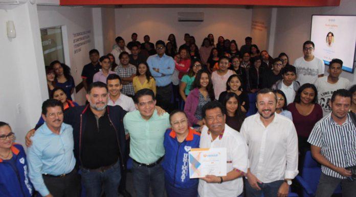 El diputado Hernán Villatoro juntos a autoridades y estudiantes de UNIMAAT
