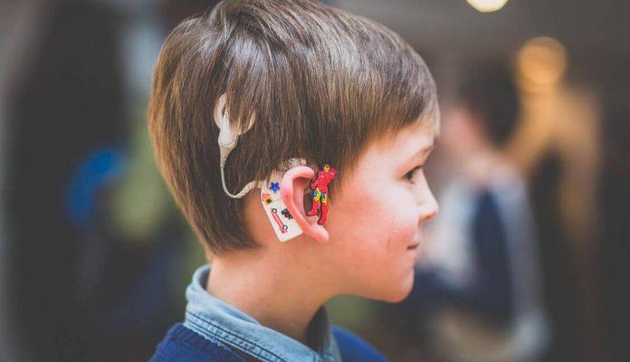 Se decoran los audífonos a medida para todo aquel niño o niña que desee tener un audifono especial.