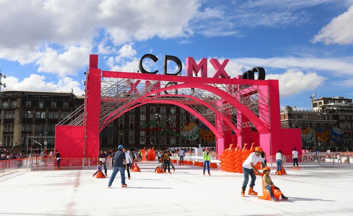 familias patinan y se divierten en la pista de hielo en zócalo de ciudad de México.