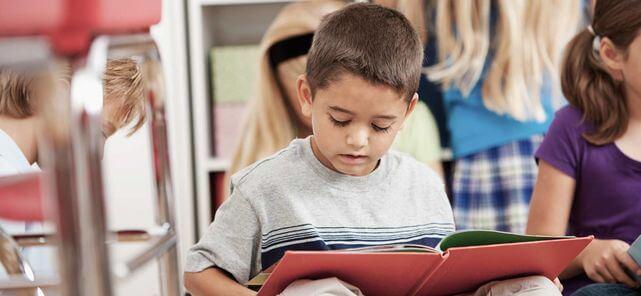 Niños y jóvenes prefieren leer en formato impreso a digital según estudios