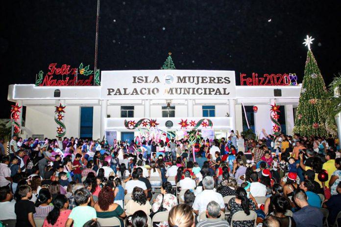 Cientos de isleños disfrutaron del evento e inauguración del árbol navideño en la explanada del palacio