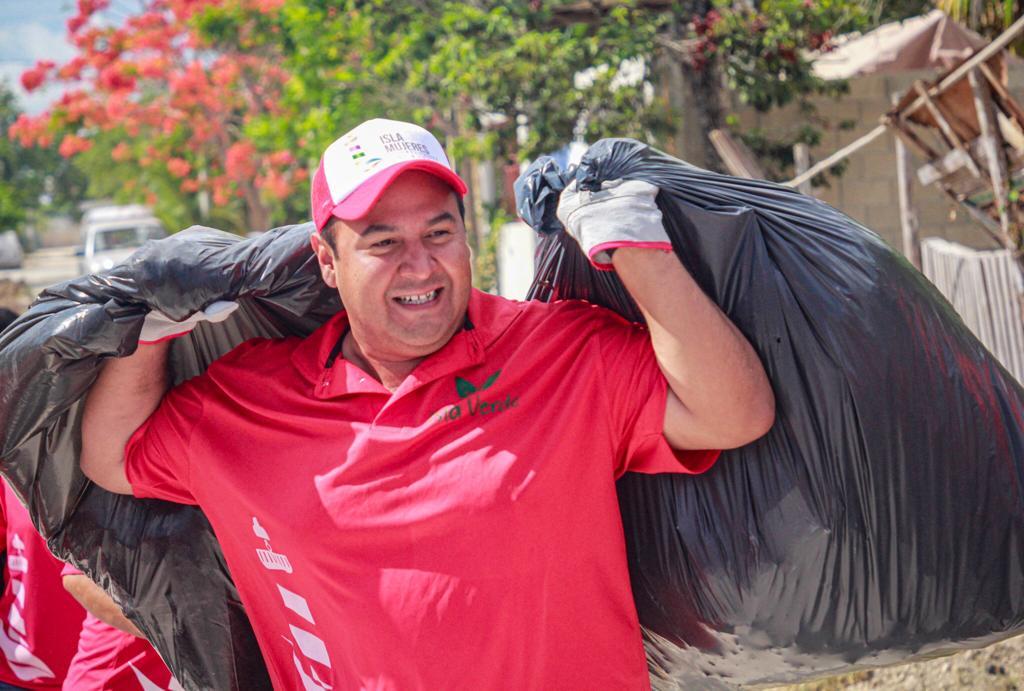 El funcionario participa del movimiento de limpieza ante la inminente llegada de turistas para las fiestas decembrinas