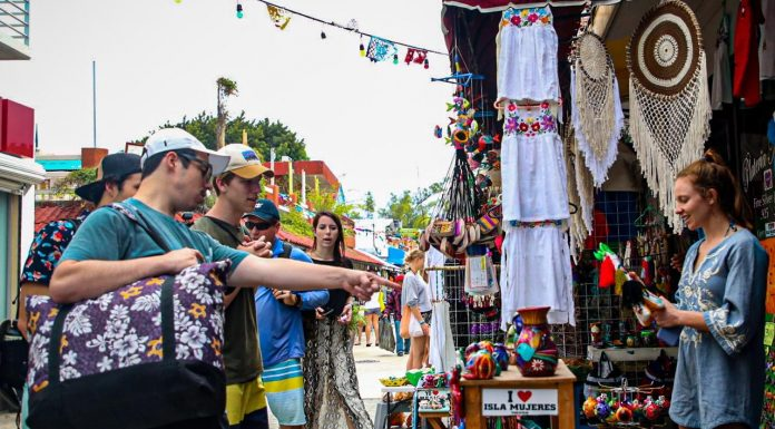 Turistas arriban a Isla Mujeres a disfrutar de las fiestas de fin de año