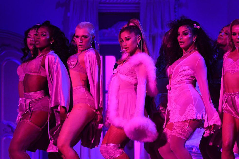 "Ariana Grande cantó su famoso tema ""7 rings"". (Foto: AFP)"