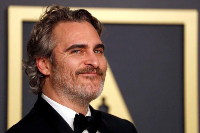 El actor Joaquin Phoenix es premiado con el Oscar a mejor actor por su interpretación en