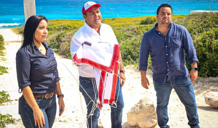 Acompañado por el director general de Desarrollo Urbano y Medio Ambiente, José Nivardo Fernández Martínez y la directora de Zona Federal Marítimo Terrestre (Zofemat)