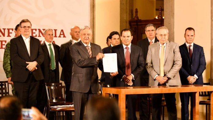 AMLO firma acuerdo con hospitales privados para que puedan ceder su apoyo al gobierno federal.