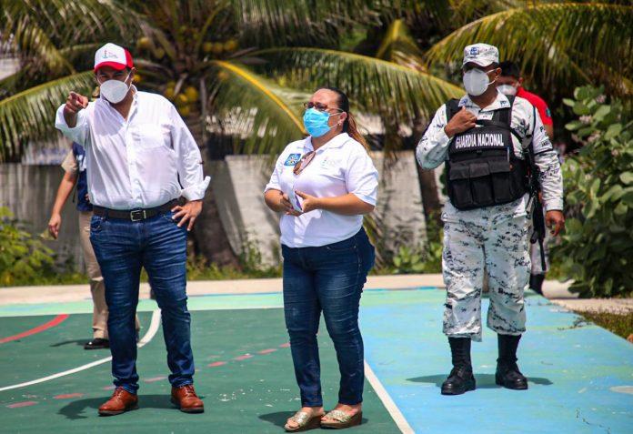 El presidente municipal Juan Carrillo Soberanis junto a funcionarios y personal de la marina, mantienen listo los refugios en esta temporada de fenómenos hidrometeorológicos
