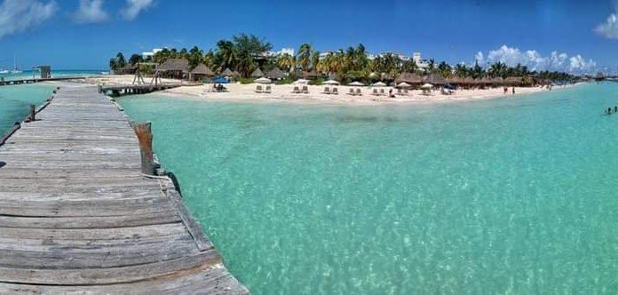 Turistas y locales disfrutan de las playas de Isla Mujeres